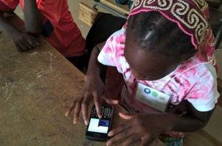 © Babacar Diop Une élève de Thiès utilise l'application Mjangale