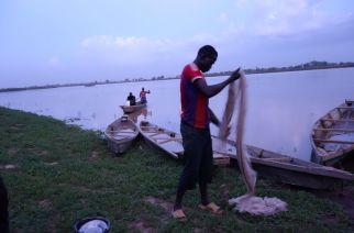 Des pêcheurs, à l'extrême nord du Cameroun, sur le lac Tchad