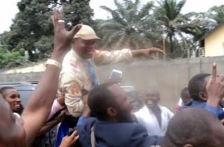 Le chanteur Koffi Olomide porté en triomphe par ses fans à la fin du procès qui l'a opposé à son producteur Diego Music. Poursuivi pour coups et blessures, Koffi Olomidé a été condamné à trois mois de prison avec sursis. (Août 2012).