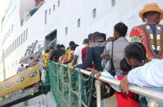 La «plus grande librairie flottante du monde» accoste à Douala