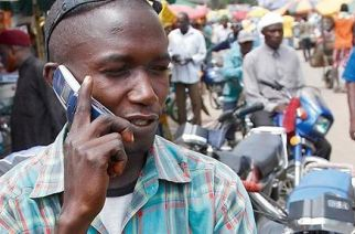 Un homme au téléphone, dans une rue de Lagos, où le secteur de la téléphonie est en plein boom. © AFP-Pius Uutomi Ekpei