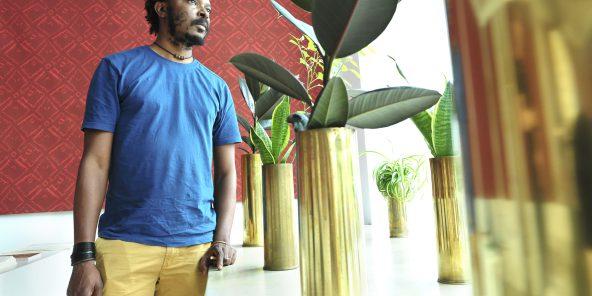 Une installation qui emplit la galerie où des douilles d'obus servent de pots de fleurs. © vincent fournier/JA