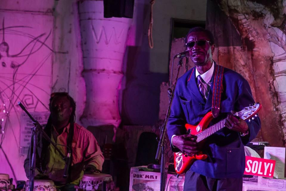 L'atelier du Laboratoire Agit-Art, est sis au coeur de Dakar-Plateau, 17 rue Jules Ferry. Animé en permanence par Issa Samb, alias Jo Ouakam depuis 1974, ce lieu est devenu une destination privilégiée d' artistes, intellectuels, chercheurs , étudiants doctorants, media, et musées du monde entier