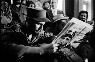 En 1959, Fidel Castro lisant la presse lors de la libération de la Havane. Bob Henriques. Magnum Photos