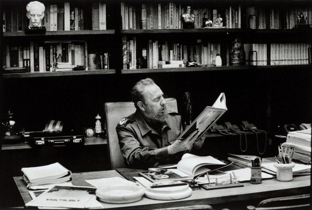 Fidel Castro dans son bureau à la Havane en 2001, regardant les photos de la libération de 1959. burt Glinn. Magnum Photos