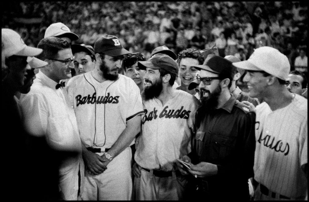 Fidel Castro et Camilo Cienfuegos lors d'un match de base-ball en 1959. Bob Henriques. Magnum Photos