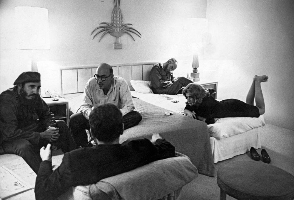 Fidel castro avec des journalistes dans un hôtel à la Havane, en 1963. Marc Riboud