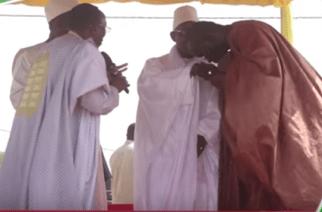 VIDÉO – Touba : Émouvante retrouvaille entre Cissé Lô et Serigne Abdou Fatah Mbacké devant Macky