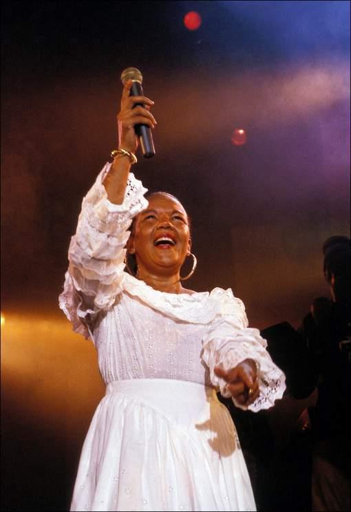 07/1992. Loalwa Braz du groupe Kaoma en concert à Bruxelles