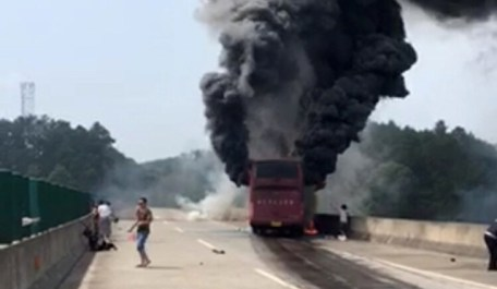 (160626) -- CHANGSHA, June 26, 2016 (Xinhua) -- Photo provided by witness on June 26, 2016 shows the accident site of a bus fire in Yizhang County, central China's Hunan Province. Casualties have been reported after a passenger bus burst into flames on a highway in Yizhang on Sunday morning, local authorities and rescuers said. The exact number of victims is still being verified. (Xinhua) (wyo)