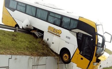 Rosario: Colectivo se despistó y quedó colgando sobre Circunvalación