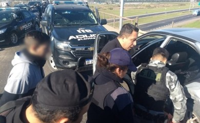 Delincuentes fueron atrapados sobre un puente de autopista tras un robo y persecución