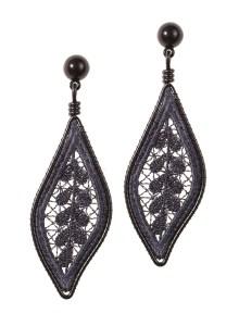 Dangling lace leaf earrings_charcoal - R$230,00