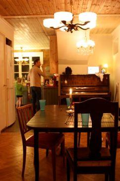Ett nästan färdigt kök. Piano och lampor på plats.