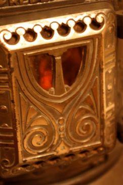 Förnicklade detaljer på kaminen, som är från Fredericia, Norge, cirka 100 år gammal.