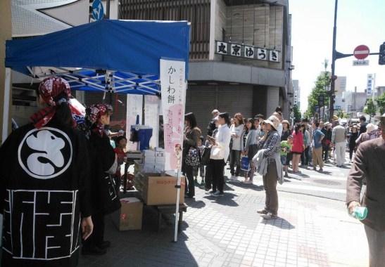 2015年こどもの日の佐藤屋本町店「かき氷」の行列