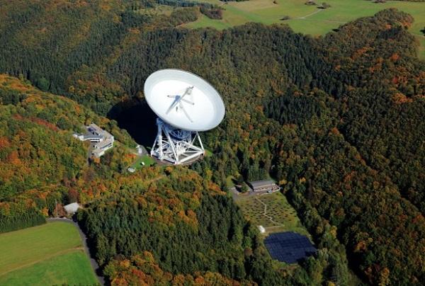 Effelsberg radio observatory with the 100m radio telescope (Credits: MPIfR/Photo: Peter Sondermann/VisCom)