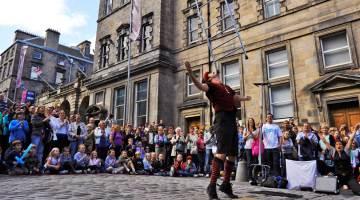 edin_festival_street_performer