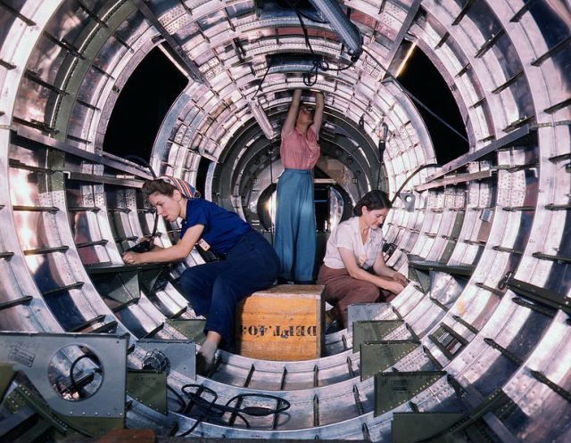 772px-B17F_-_Woman_workers_at_the_Douglas_Aircraft_Company_plant,_Long_Beach,_Calif