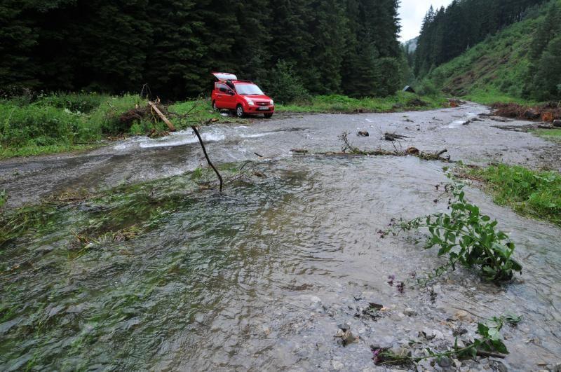 V Ludrovskej doline sa asfaltka premenila na riečisko