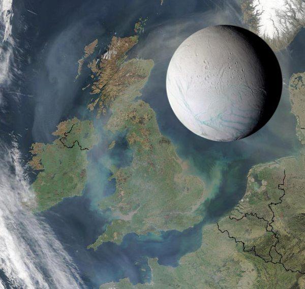 """Enceladus im Größenverglich zu den britischen Inseln. Unten auf dem Eismond die grünlichen """"Ttigerstreifen"""". Bild: NASA/JPL/Space Science Institute."""