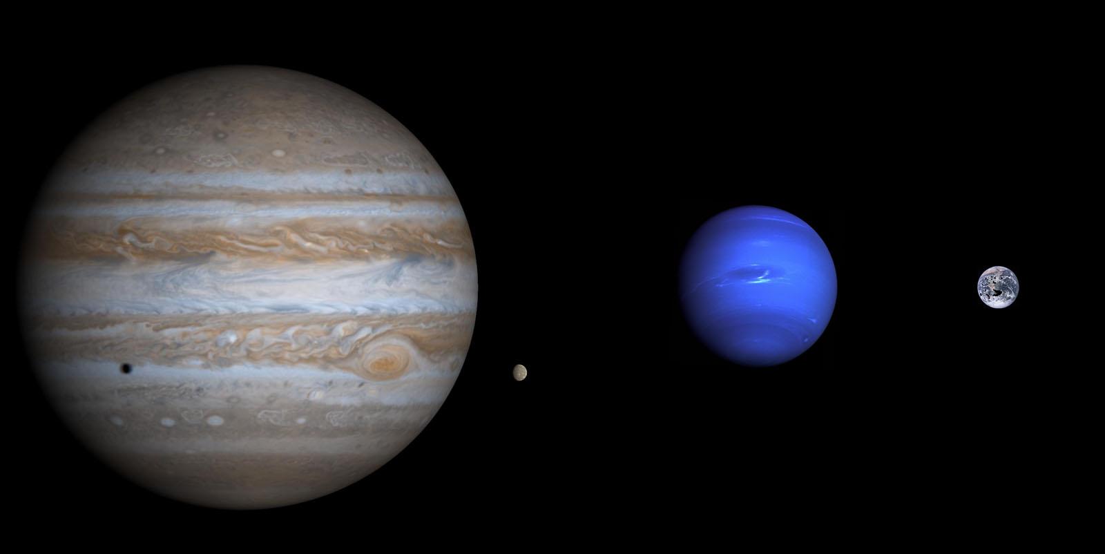 Größenvergleich von Jupiter (links), Neptun (Mitte) und Erde (rechts). Der kleine Punkt neben Jupiter ist Merkur im gleichen Maßstab, der etwa so groß wie Jupiters größter Mond Ganymed ist. So ungefähr wie Neptun hier sich zu Jupiter verhält, so soll sich der Mond von Kepler-1625b zu seinem Mutterplaneten verhalten - fürwahr kein gewöhnlicher Mond! Bild: Flickr, Meng Bomin, CC BY 2.0; Bearbeitung: Autor.