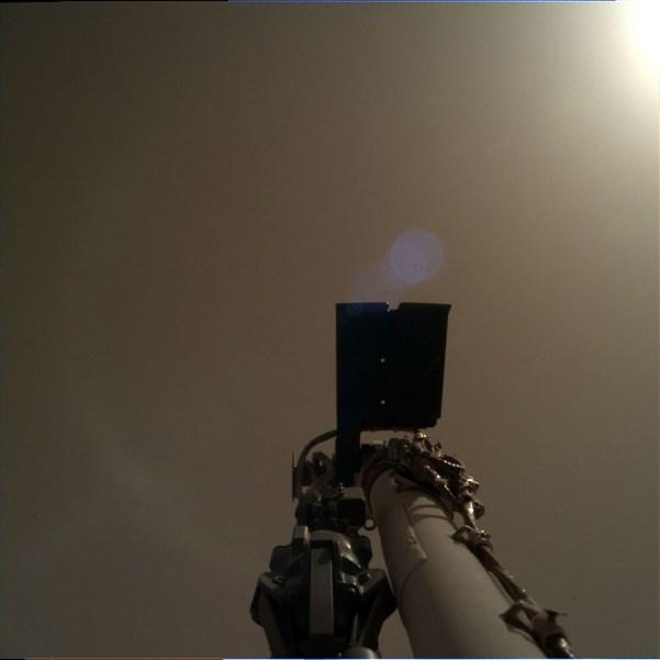 Bild der IDC vom 30. November. Der Roboterarm weist Richtung Himmel. Bild: NASA/JPL-Caltech, gemeinfrei.