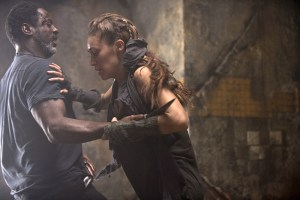 "The 100 -- ""Fog of War"" -- Image: HU206b_0452 -- Pictured (L-R): Isaiah Washington as Jaha and Alycia Debnam-Carey as Lexa -- Photo: Cate Cameron/The CW -- © 2014 The CW Network, LLC. All Rights Reserved"