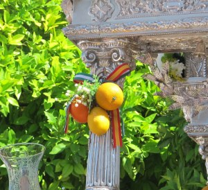 Oranges tied to a simpecado (float carrying an image of the Virgin del Rocio), with ribbon in Andalucian and Spanish colours.