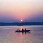 ヒンドゥー教の聖地「バラナシ」で見た、ガンジス川に昇る日の出【インド】