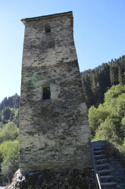 川沿いに建つ塔(メスティアから車でウシュグリ村へ)【ジョージア(グルジア)Georgia:საქართველო】