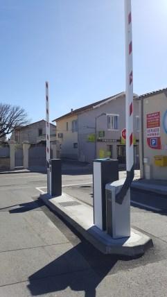 Installation de barrières levantes à l'entrée d'un parking.