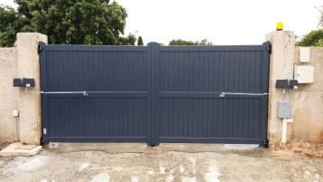 Bras articulés pour portail lourd ou sujet à des vents violents