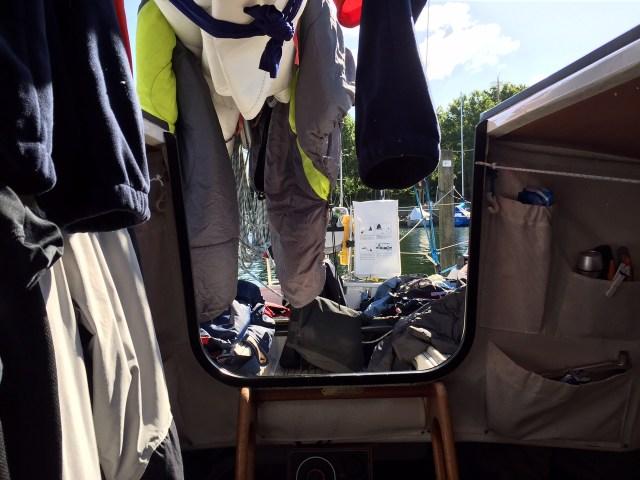 Wäsche im Cockpit nach nasser Nacht. © Stefan Mauer