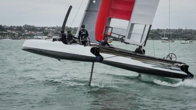 Die Kiwis haben das alte AC45 Trainingsboot von Luna Rossa übernommen und es mit einem Steuerrad ausgerüstet. © Hamish Hooper