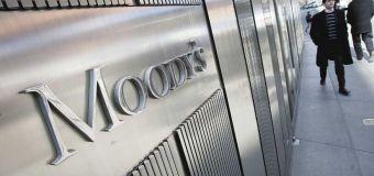 Calificadora Moody's criticó que se obligue a las aseguradoras a vender bonos en dólares y resaltó la alta inflación
