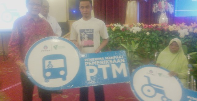 Foto | Mr. Vinit, Senior Vice President PT. TEP  dan penerima manfaat Gerai Rorotan Sehat.