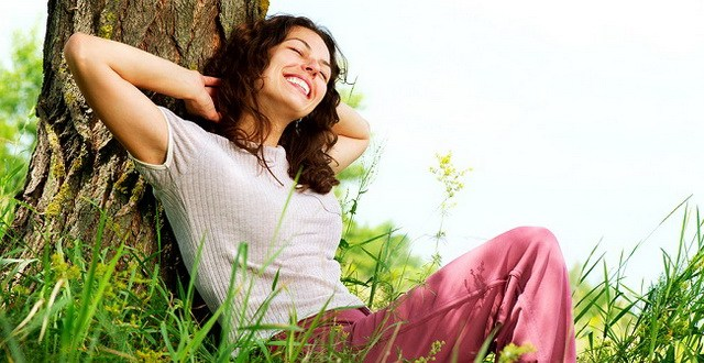 Foto : www.bobrov4.ru | Beautiful Young Woman Relaxing outdoors. Nature
