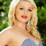 Chloe Lynn, blond, naakt en ziet er onschuldig uit