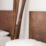 15-jarige jongen, zonder broek, duikt bij vrouw in bed