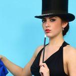 Vrouwelijke goochelaar, in lingerie, sexy en topless