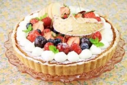 【子どもが喜ぶレシピ】女の子の誕生日ケーキ~赤いフルーツタルト ティアラクッキーのせ~