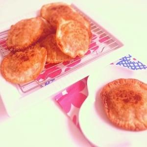 型不要!餃子の皮、食パンなどですぐ楽しめる簡単な「アップルパイ」風のおやつ5選