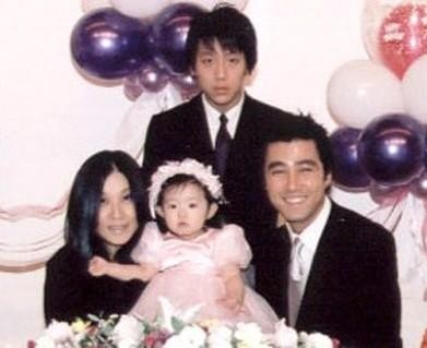 Family photo of the actor, married to Lee Soo-jin, famous for Blood Rain, Secret & Man on High Heels.