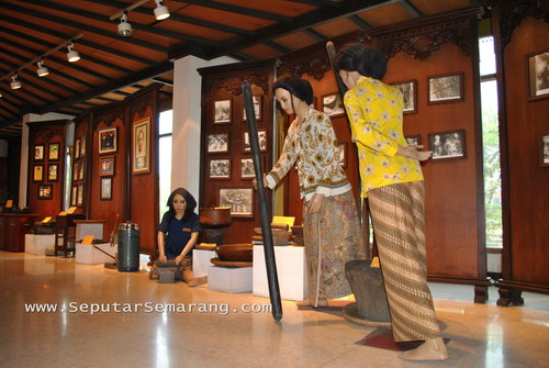patung dalam museum nyonya meneer