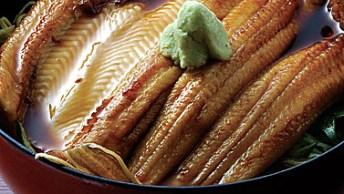 松島の穴子は、やや甘めの味で煮ると、繊細な魅力が引き立つという。『さんとり茶屋』では醤油と酒に上白糖、ざらめ、黒砂糖の3種類の砂糖を入れることでコクを加えている。