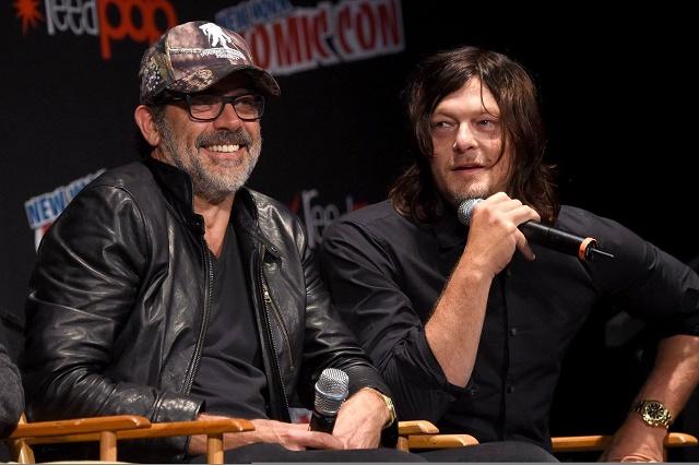 Jeffrey Dean Morgan (Negan) e Norman Reedus (Daryl) durante o painel de The Walking Dead na Cominc-Con NY