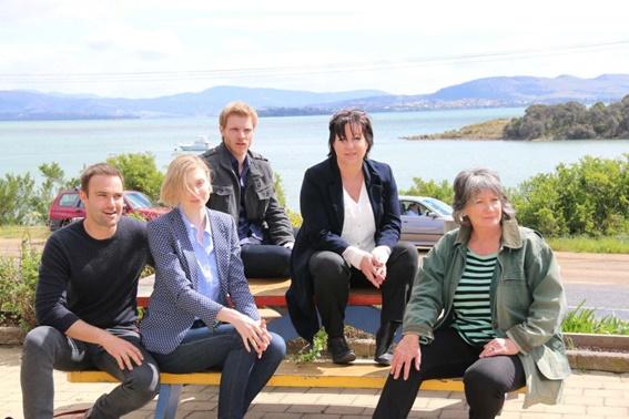 Elenco de The Kettering Incident e a criadora da série (segunda da direita para a esquerda)