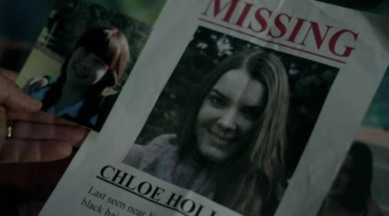 Chloe, interpretada pela atriz Sianoa Smit-McPhee, desaparece no dia em que Anna volta à cidade.
