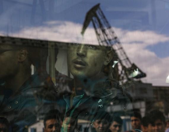 Um migrante afegão no interior de um autocarro em Atenas  (Yannis Behrakis, Thomson Reuters - October 8, 2015)